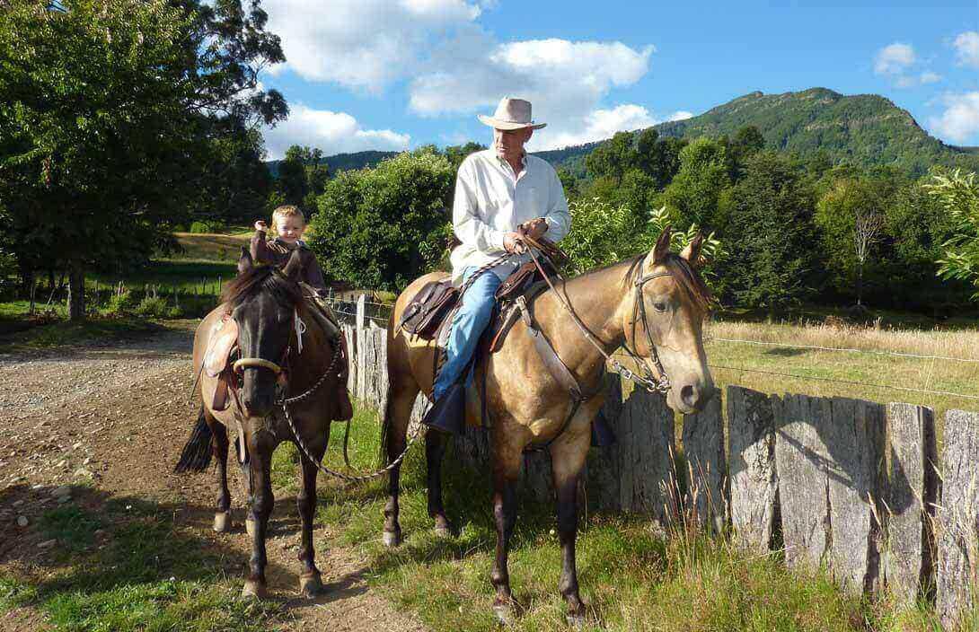 francisco perez yoma montando caballo
