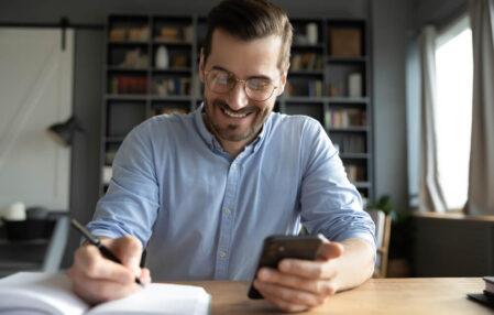 empresario feliz siendo productivo