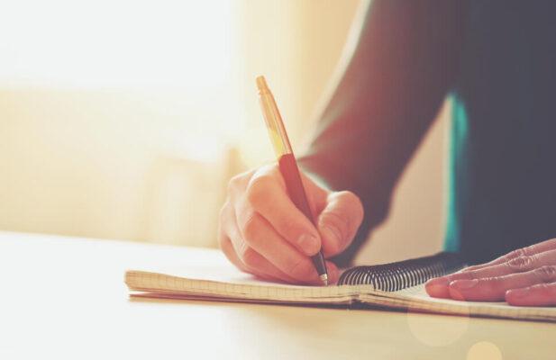 manos-mujer-escribiendo-libro